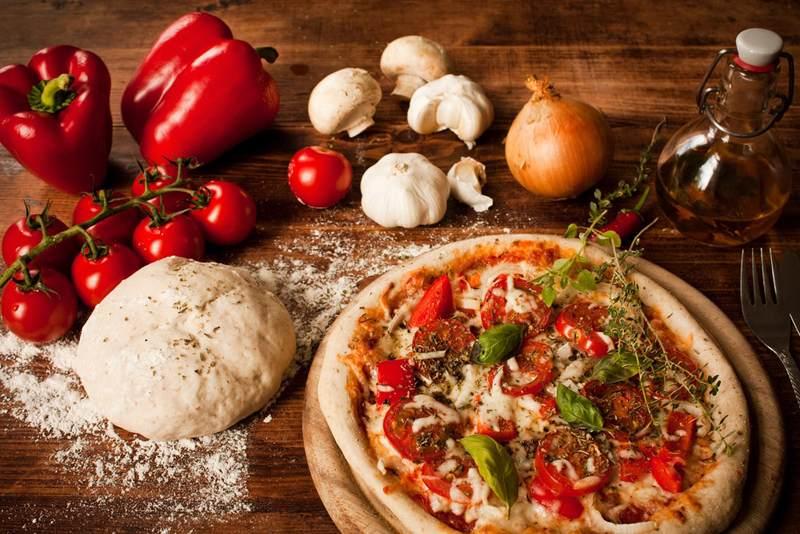 Tanio, szybko, smacznie – czyli pizza w domowym zaciszu
